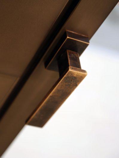 Détail de la poignée en bronze Linea Vittoria