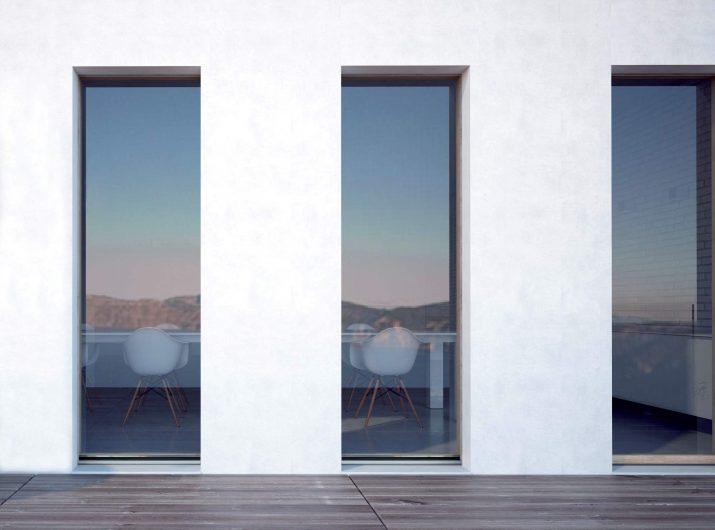 Vue extérieure de trois portes-fenêtres Skyline avec verre structurel à effet vitrum