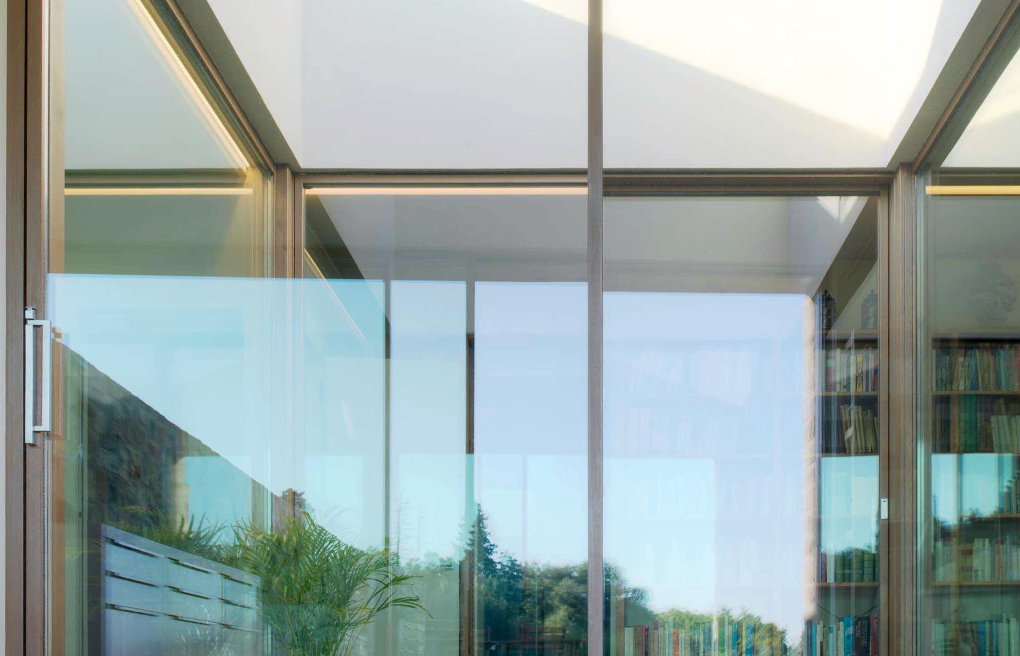 Vista frontale di un alzante scorrevole Skyline con maniglione nuovo in cromo satinato