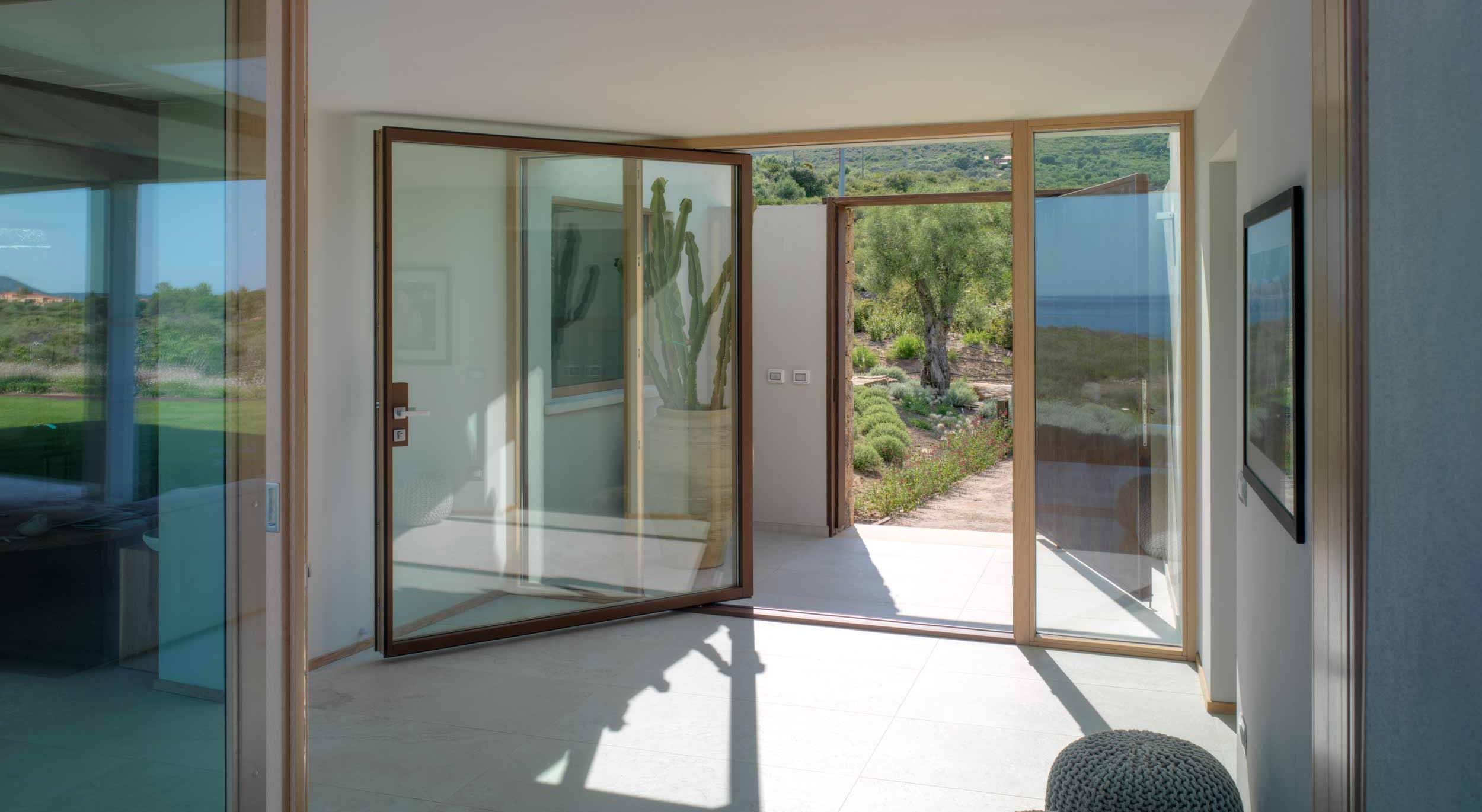Vista interna di una porta a bilico verticale con rivestimento esterno in alluminio effetto corten