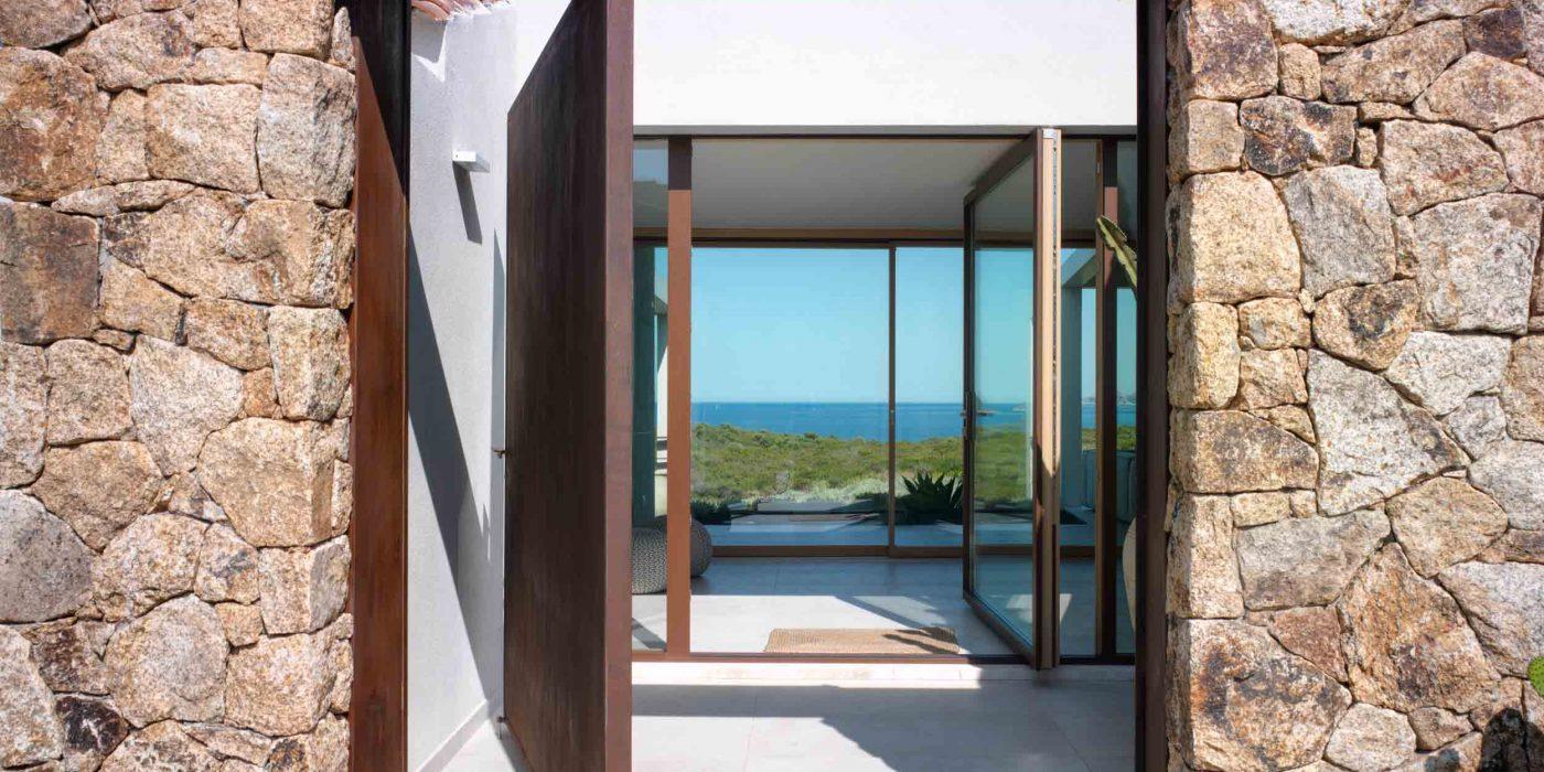 Vue extérieure d'une porte d'entrée pivotante verticale