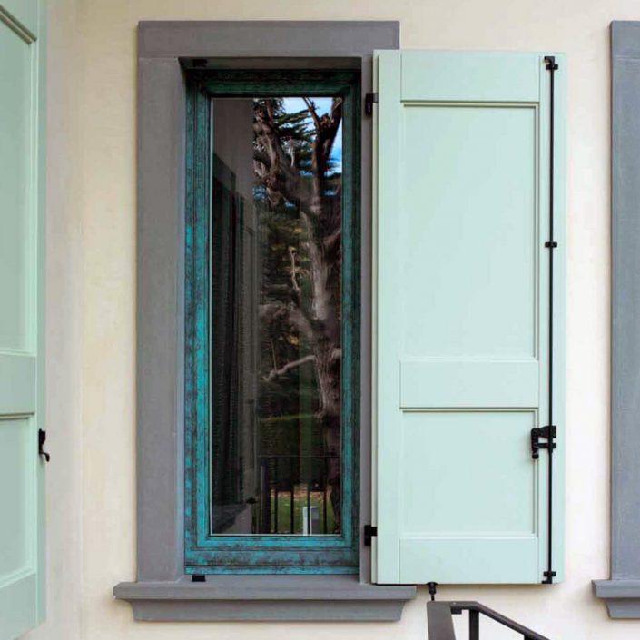 Vue extérieure d'une fenêtre avec volet en bois