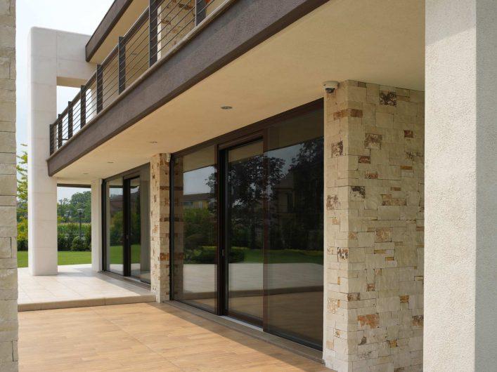 Détail de façade avec fenêtres Vitrum 90