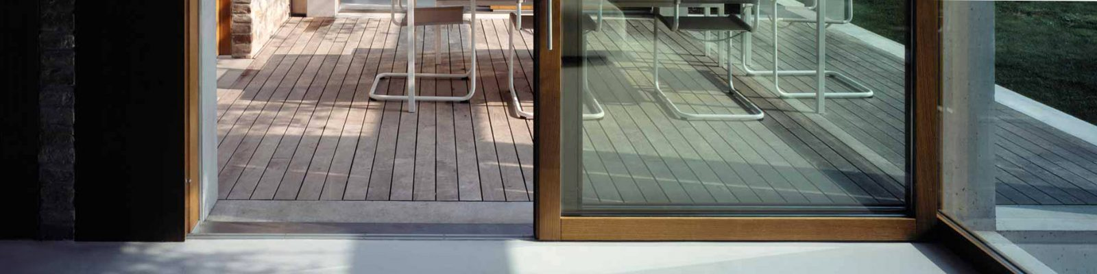 Détail d'une porte coulissante en bois avec finition huilée