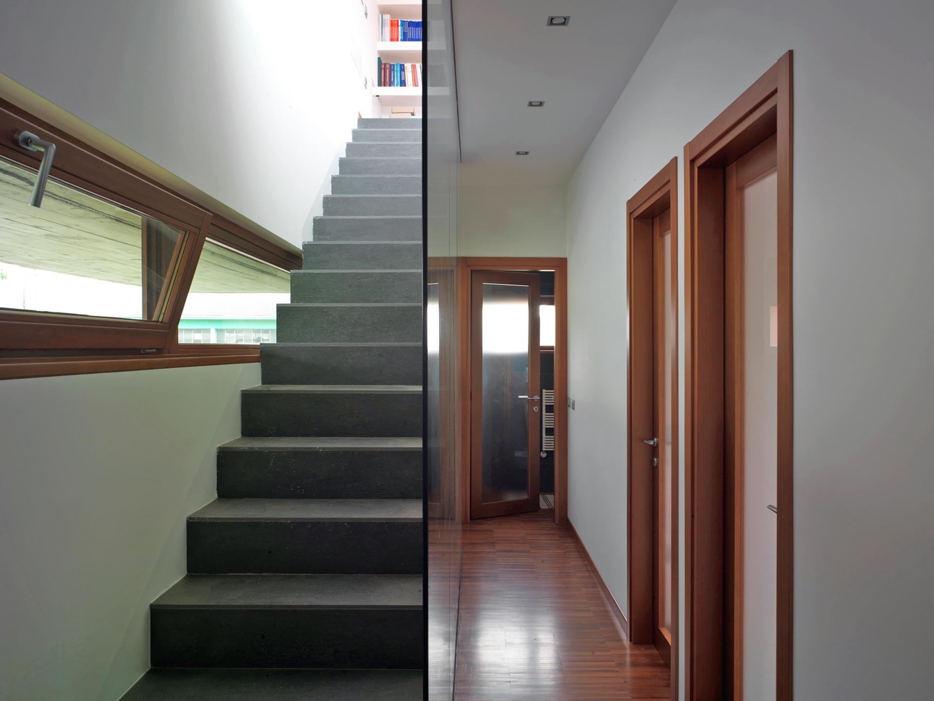 Vue d'un couloir et d'un escalier avec fenêtres en ruban avec ouverture vasistas