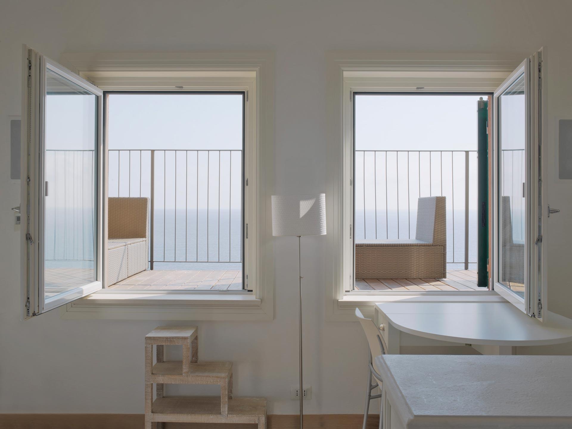 Vue de deux fenêtres Euro 68 à un vantail laquées blanches