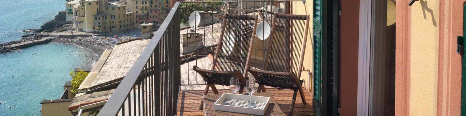 Vue d'une terrasse avec fenêtres et volets en bois