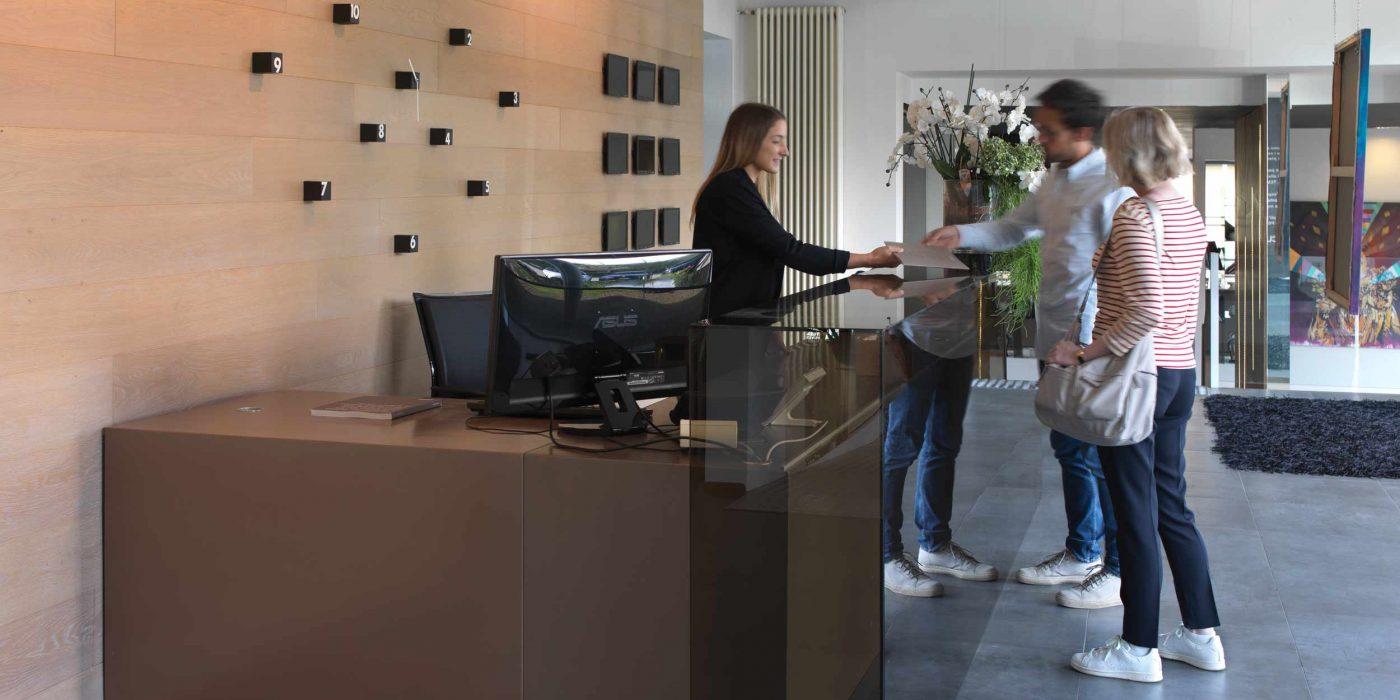 Vue de la réception au rez-de-chaussée avec deux clients