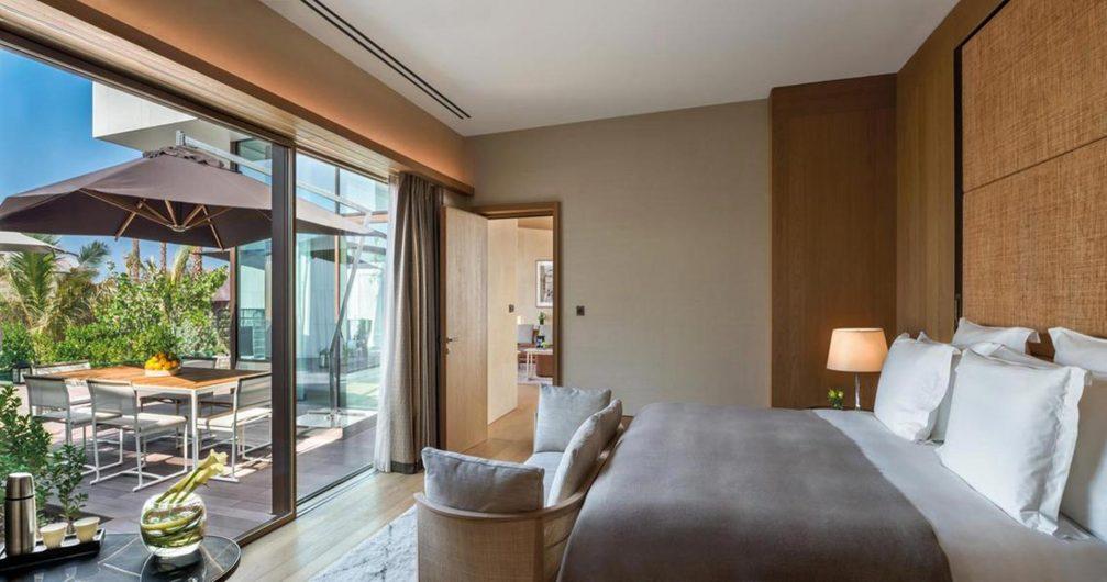 Vue d'une chambre avec ascenseur et toboggan en bois avec revêtement en aluminium