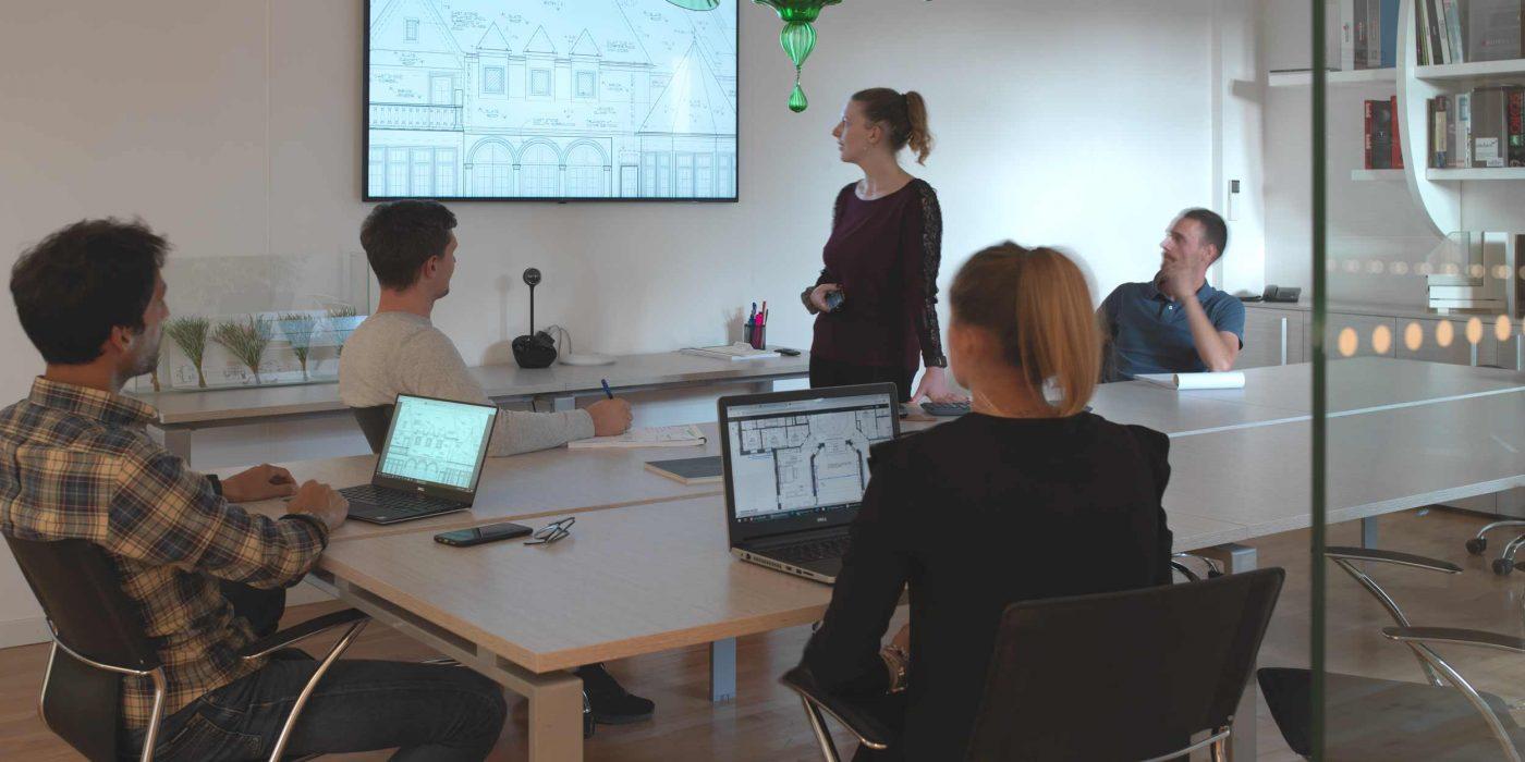 Vue de la salle de réunion lors d'une présentation de projet