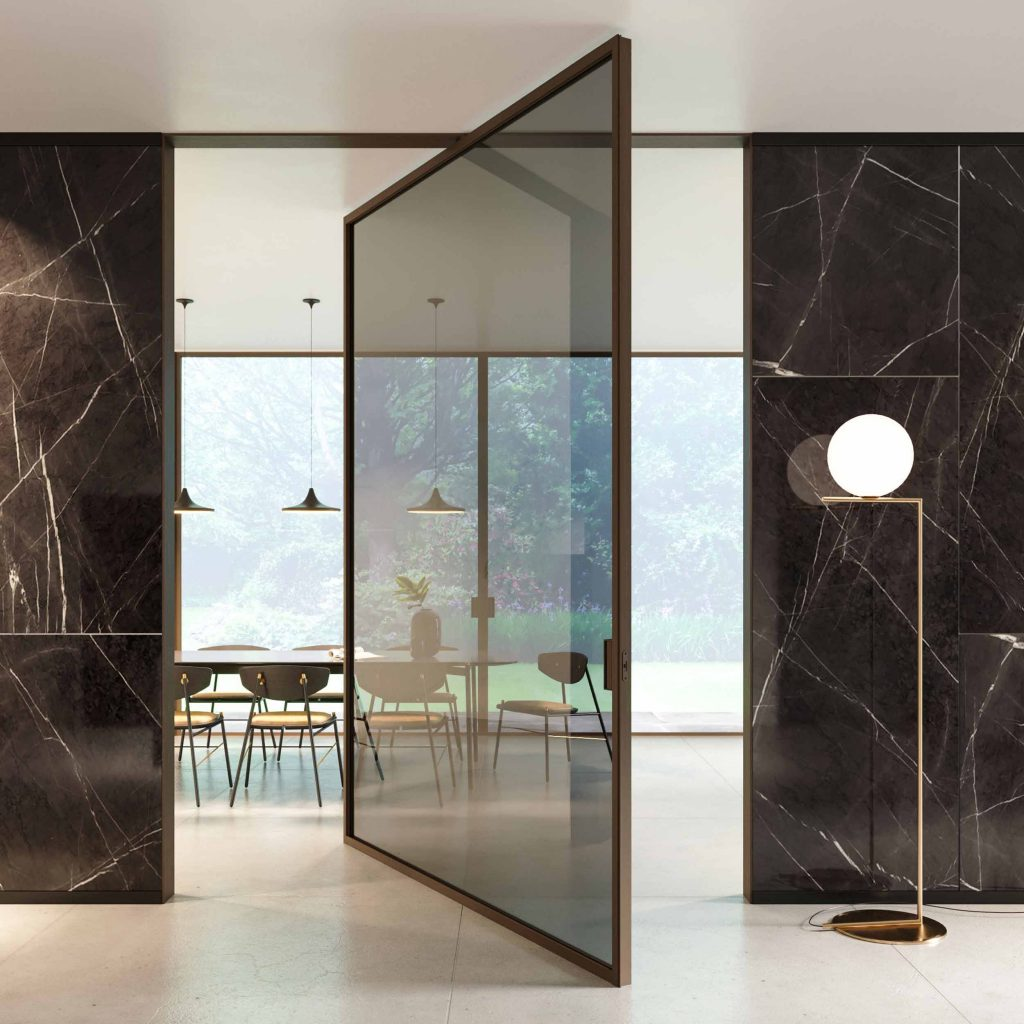 Porte pivotante symétrique Lady avec cadre en bois et verre de couleur gris fumé