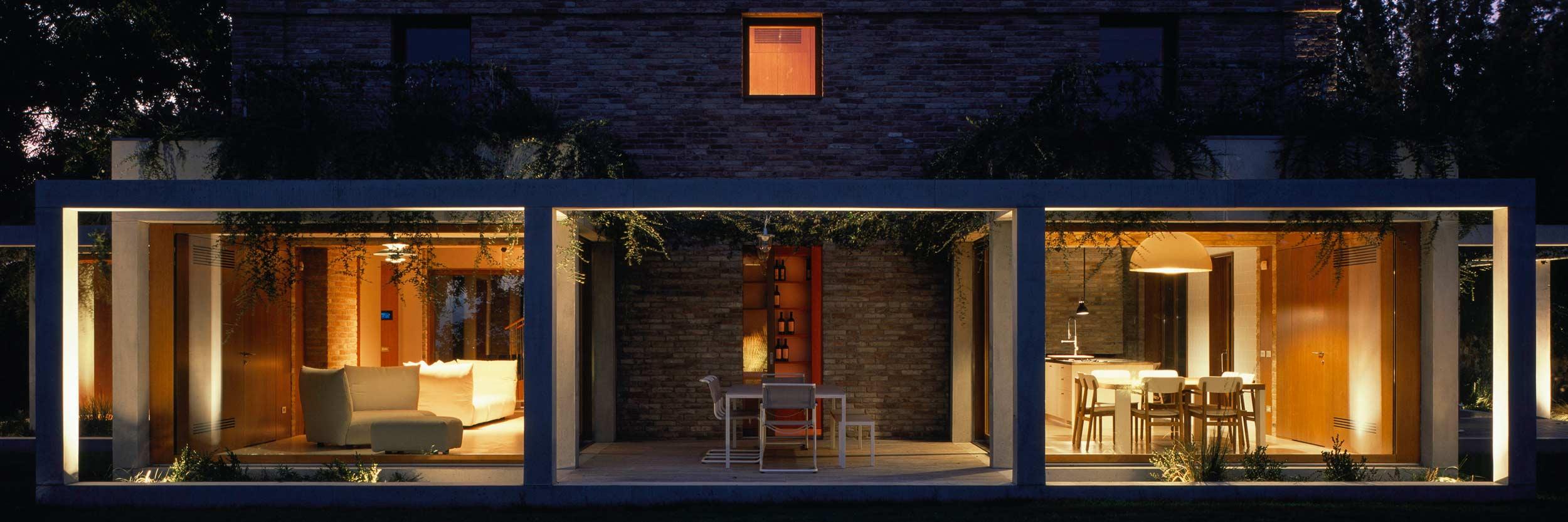 Vue d'une façade avec fenêtres en bois Klima 80
