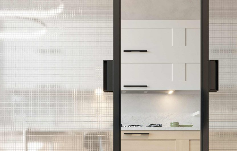 Détail d'une porte coulissante à deux vantaux avec poignées en aluminium gris foncé