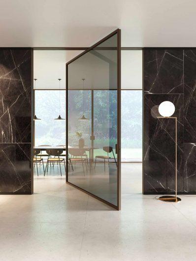 Porte pivotante intérieure Lady en chêne teinté foncé et verre transparent fumé