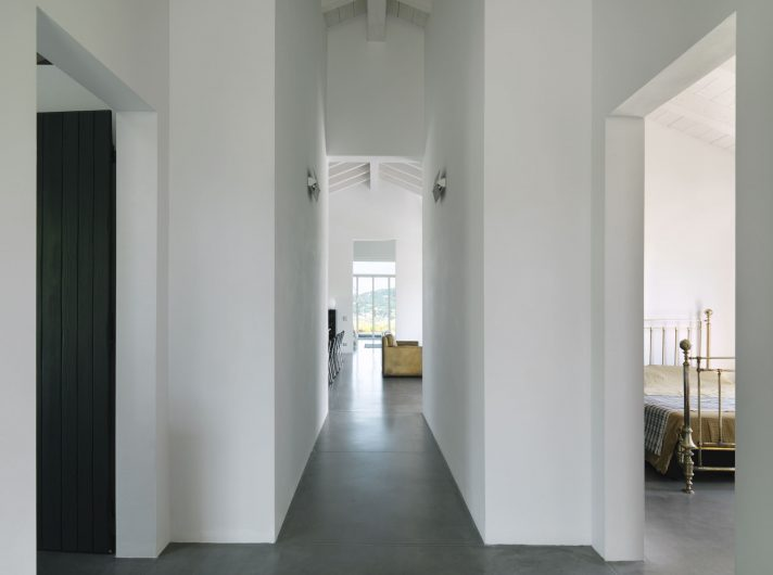 Vue sur le couloir de la zone nuit à la pièce à vivre
