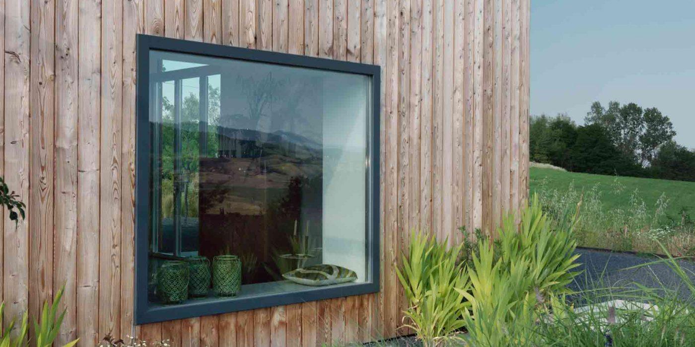 Vue de la fenêtre carrée fixe du salon