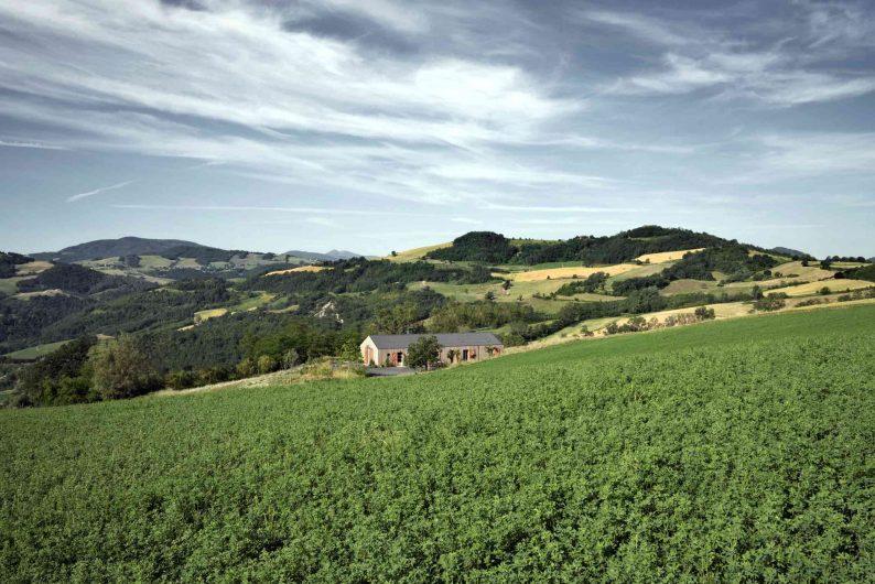 Vue de la villa immergée dans le paysage de Piacenza