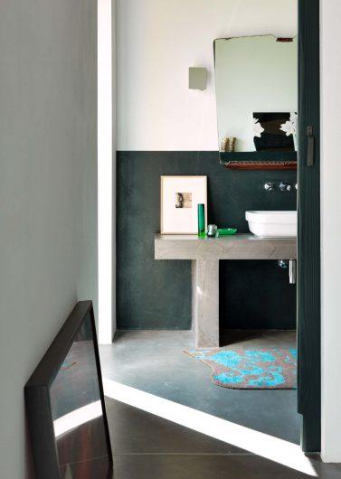 Vue d'une salle de bain à l'intérieur d'une chambre