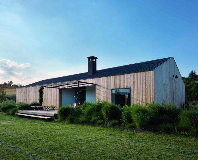 Élévation latérale avec terrasse surélevée et fenêtre carrée fixe