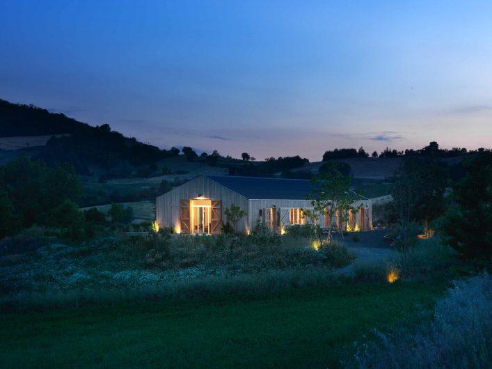 Vue nocturne de la villa avec jardin éclairé